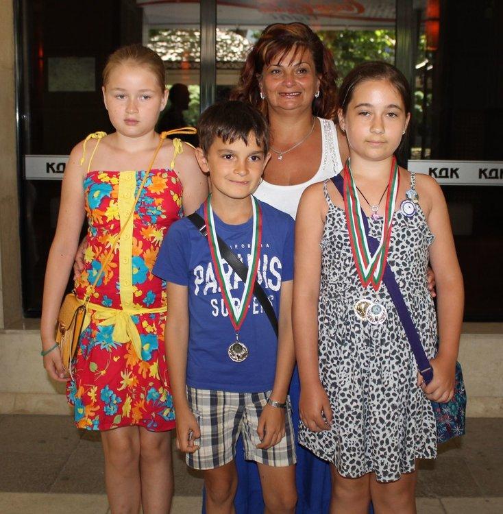 Третокласниците с преподавателя Петя Йорданова