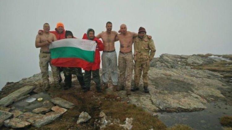 Ненчев награждава военни, издигнали плоча на Каймакчалан