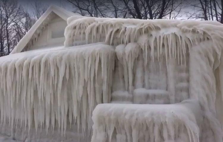 Къща се обледи изцяло край езерото Онтарио (видео)