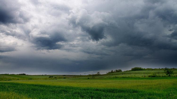 Облаци, дъжд, гръмотевици и градушки днес