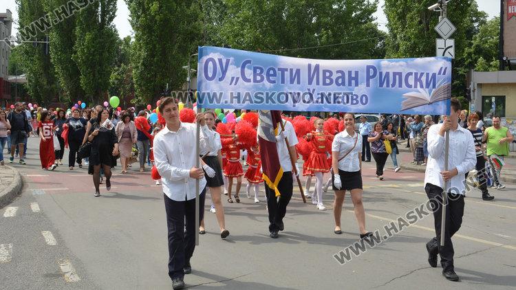 """Красивите мажоретки на училище """"Ив. Рилски"""" освежиха парада"""