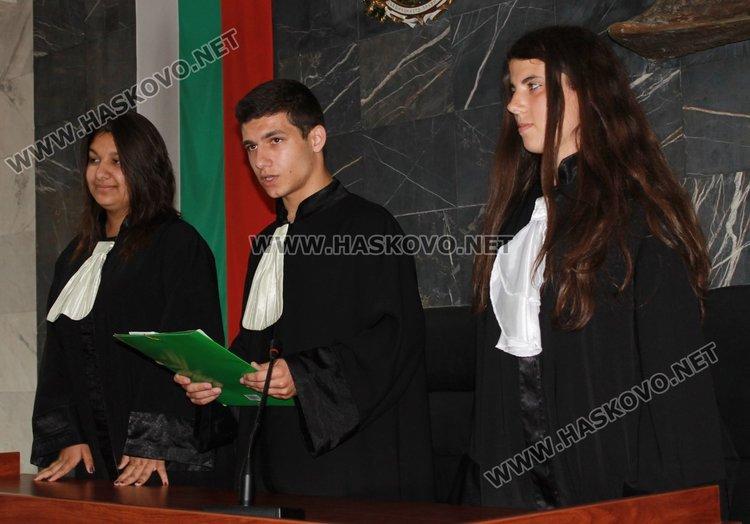 """Симулативен съдебен процес на Международния съд в Хага по темата за тракийските бежанци организираха възпитаници на Професионалната гимназия """"Проф.д-р Асен Златаров"""