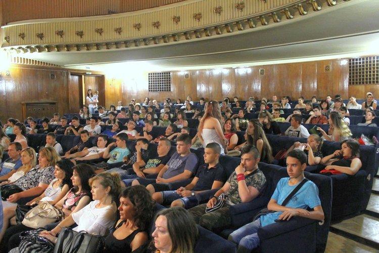 """Седмокласниците на """"Алеко"""" препълниха залата на кино """"Химик"""""""