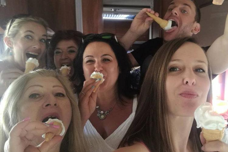 Селфи настроение: На бензиностанцията в Асеновград ни почерпиха със сладолед!