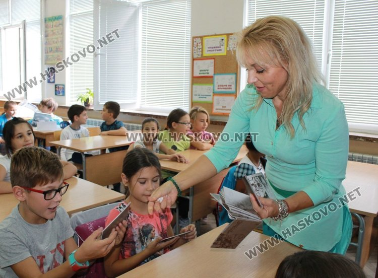 Антоанета Шаркова раздаде част от книжките на децата