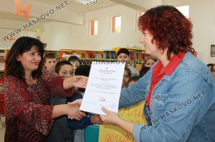 Учениците и техния учител получиха сертификат за дарение
