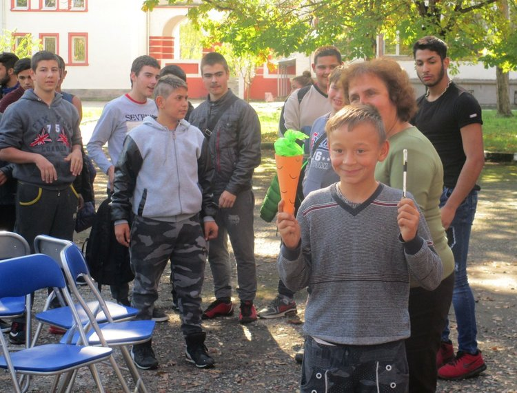 "Весело парти- шоу за ""Добре дошли"" организираха за осмокласниците и деветокласниците в ПГ ""Проф. д- р Асен Златаров"""
