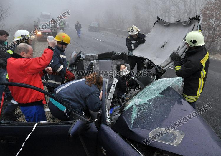 Пожарникарите извадиха пострадалата 23-годишна водачка