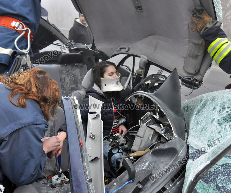 Жена загина на място при катастрофа край Хасково, вадят заклещена водачка