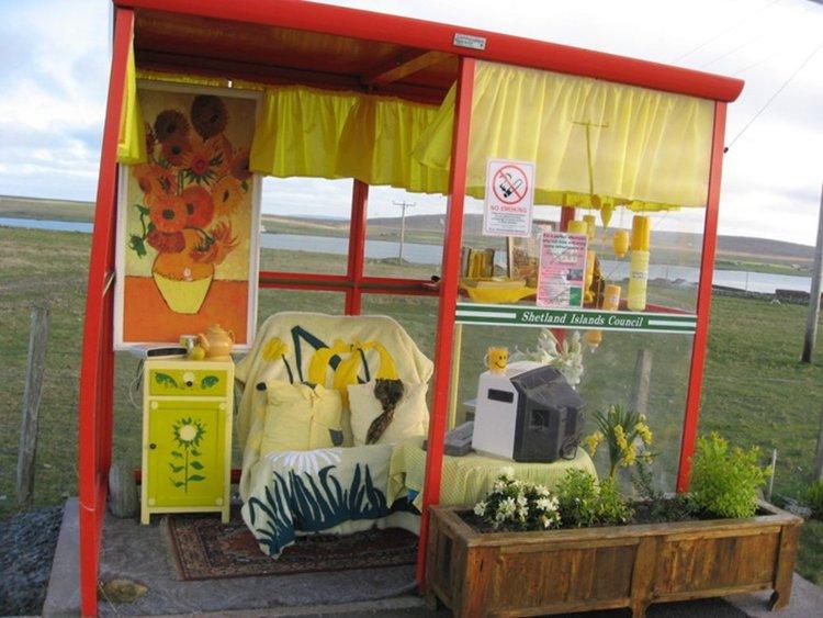 Спирката на Боби в Шетланд Айлънд, Шотландия с микоровълнова, килим, компютър, телефон и впечатляваща декорация