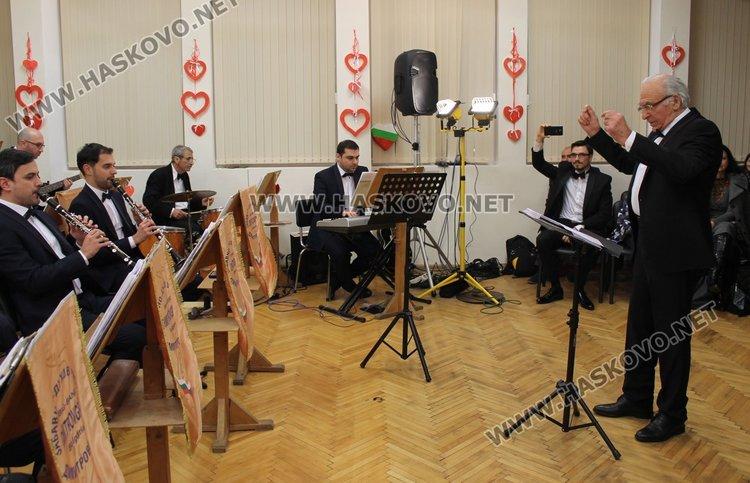 """Зала """"Жул Леви"""" в Детски и младежки център се оказа тясна да побере желаещите да присъстват снощи на концерта на Забавно-духовия оркестър в Димитровград"""