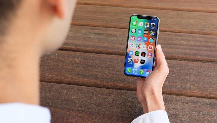 Дете заключи майчиния си iPhone за 47 години