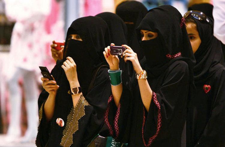 Саудитският престолонаследник сваля черните абаи на жените в страната