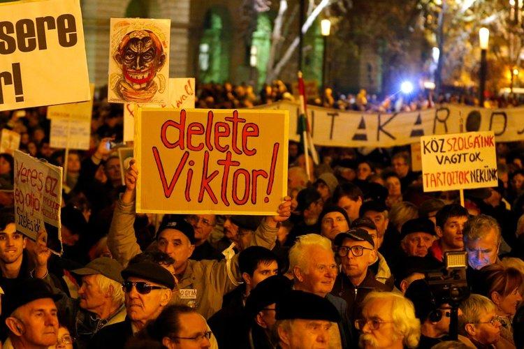 100 000 на протест срещу Виктор Орбан