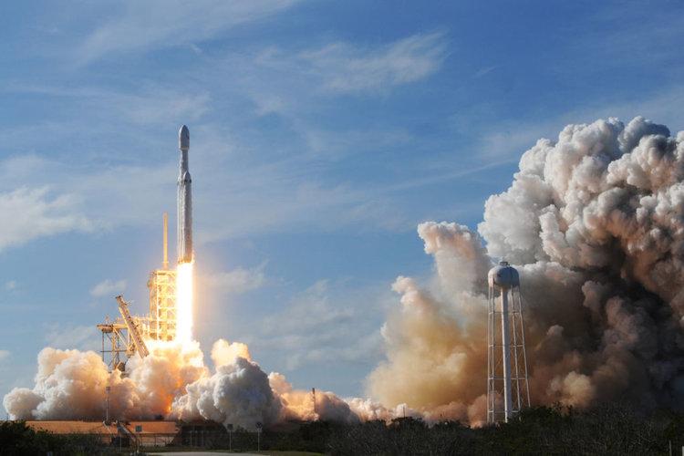 НАСА изстрелва търсача на екзопланети TESS с Falcon 9 (видео)