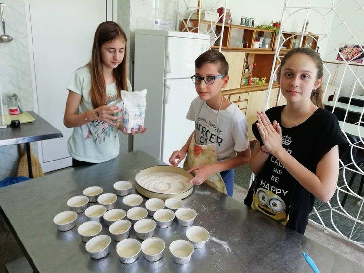 """Шестокласници от ОУ """"Ал. Константинов"""" изучаваха професията на готвача"""