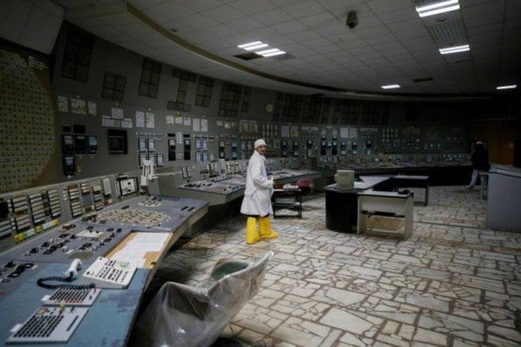 Работник се разхожда в отдавна спрения трети блок на Чернобилската АЕЦ. Снимка: Reuters