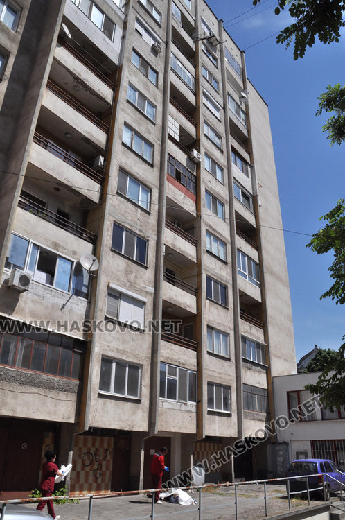 """Възрастен мъж падна от 12-етажен блок на """"Раковски"""" и загина"""