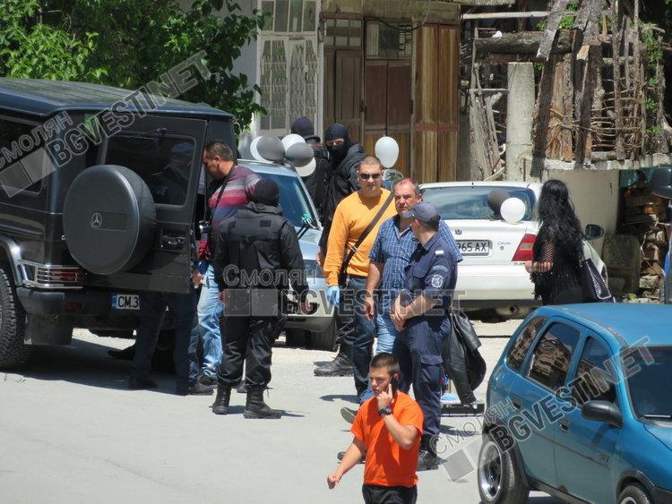 Полицаи с качулки задържаха младеж пред очите на десетки абитуриенти в Смолян