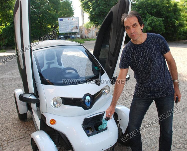 Учител от ПМГ подкара електромобил Рено с български компютър