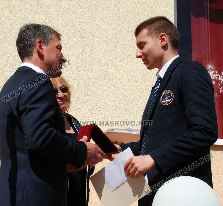 Носителят на Златаровската награда Тодор Кирев получава отличието от директора Деян Янев