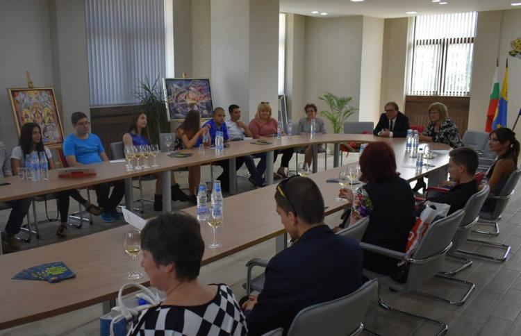 Абитуриенти без родители с финансова помощ от Общината, кметът Караиванов ги посрещна с шампанско
