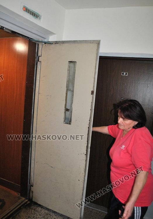 Бременна и възрастни драпат по стълбите в 8-етажен блок заради спрян асансьор