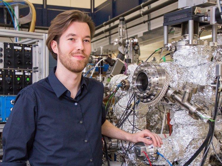Пол Сабо в лабораторията в ТУ Виена