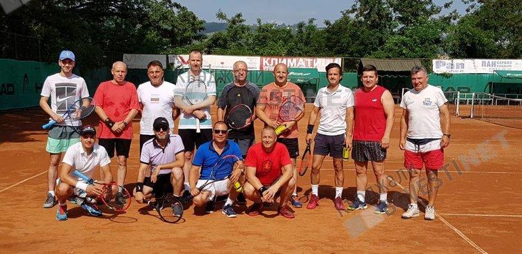 Любителският тенис набира скорост в Кърджали, татковците на малките тенисисти на корта