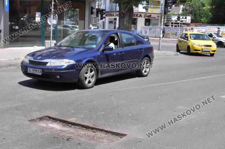 """Читатели: """"Екопрогрес"""" кърпят асфалта със скоростта на охлюви"""