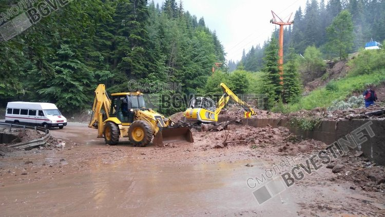 Пътят Пампорово-Стойките е затворен, порой изнесе скатовете