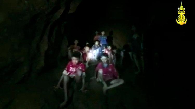 Водолази откриха изчезналите деца в наводнена пещера в Тайланд. Но как ще ги спасят? (видео)