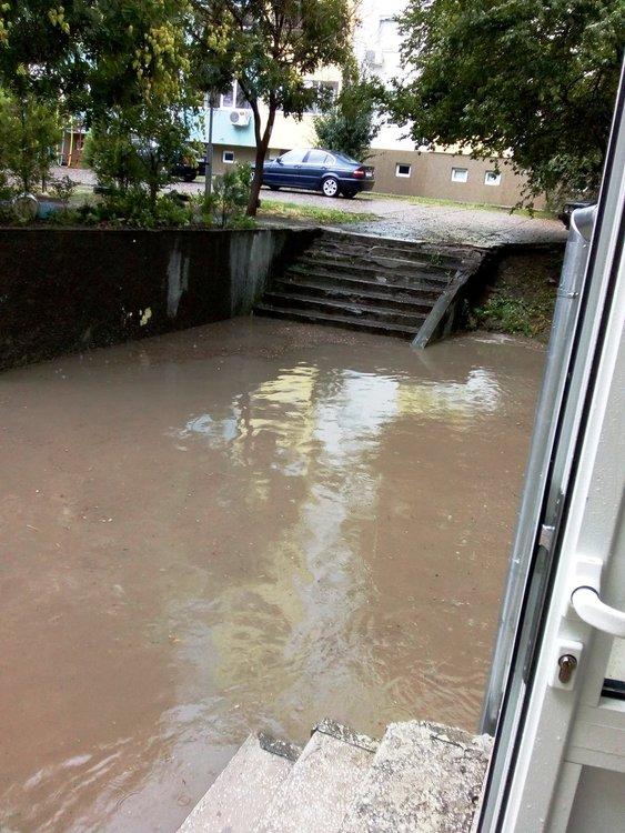 Читател: краткият дъжд наводни паркинг в Хасково