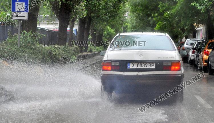 Проливен дъжд и гръмотевични бури над България ще има и днес