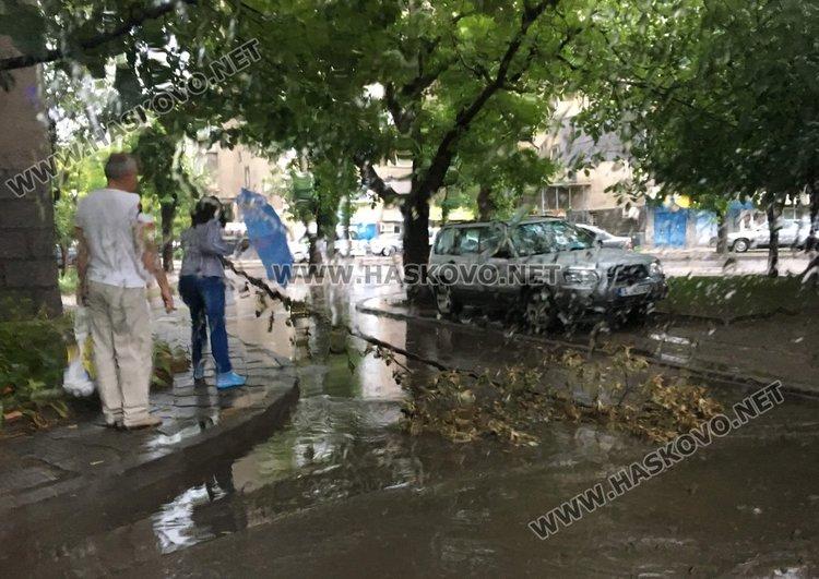 Пороен дъжд и мълнии паднаха над Димитровград