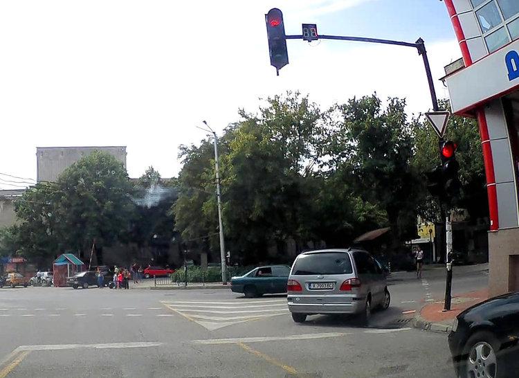 Читател: хасковлия пердаши през кръстовище на червен светофар (видео)