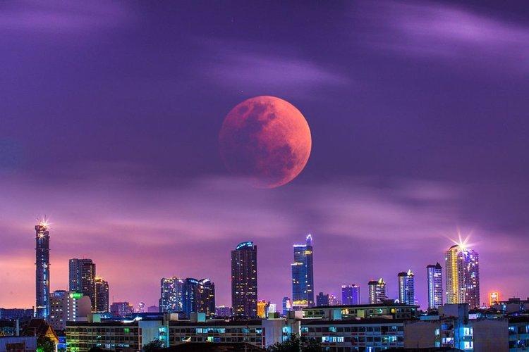 """Броени часове до най-дългото за века """"кърваво"""" лунно затъмнение"""