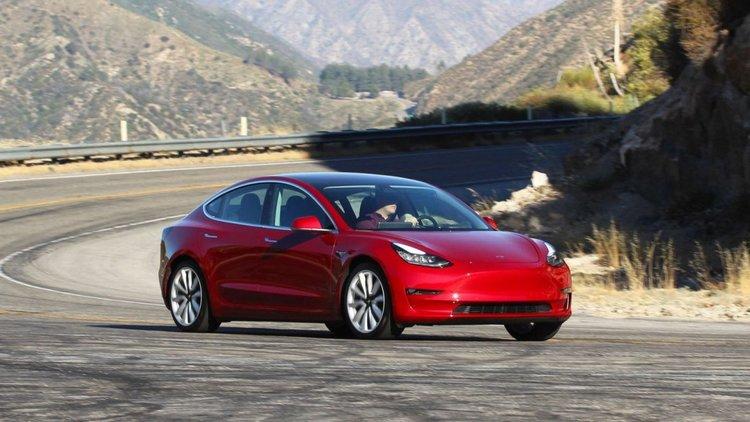 Властите разследват изказването на Мъск, че иска да направи Tesla частна