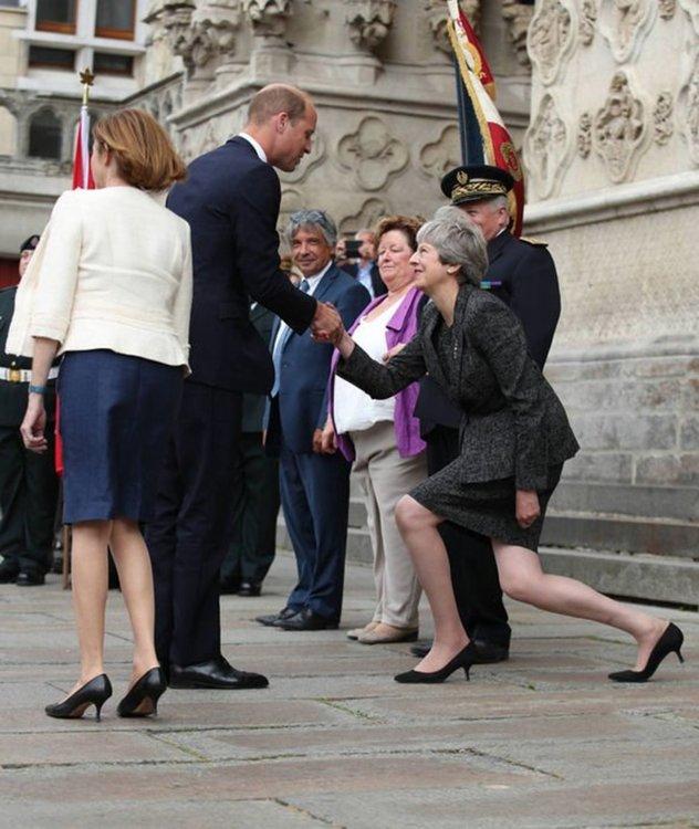 Британците се смеят и гневят на поклона на Мей пред принц Уилям (видео)