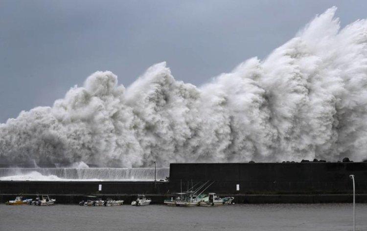 Най-мощният тайфун от 25 години вилнее в Япония (видео)