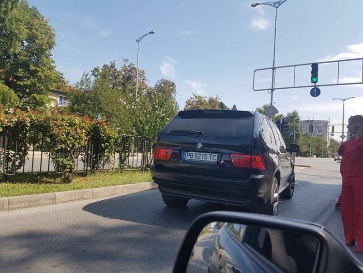 Шофьор на джип наби пациент с инсулт в линейка и съпругата му