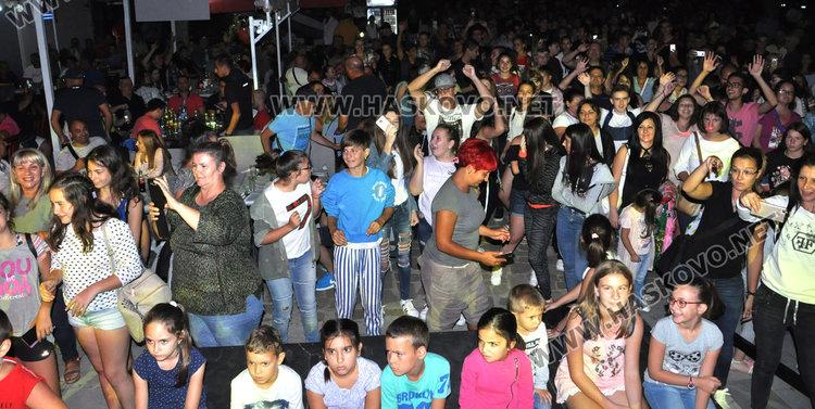 Дискотека на открито събра стотици хасковлии пред Младежкия център