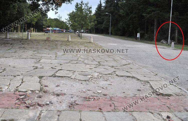 Разбити плочки и асфалт след панаирджиите на Кенана