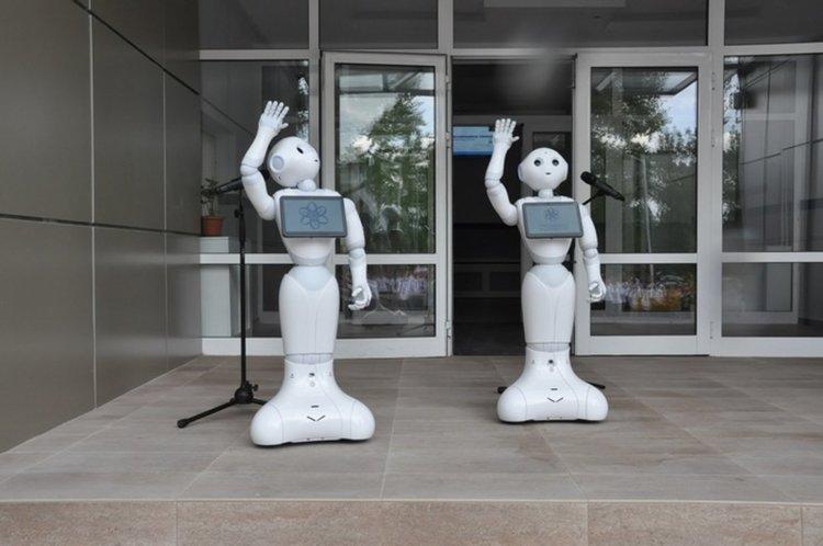 Два хуманоидни робота посрещнаха учениците, учителите и гостите при откриване на Професионалната гимназия по програмиране в Бургас (снимка: Мусала Софт)