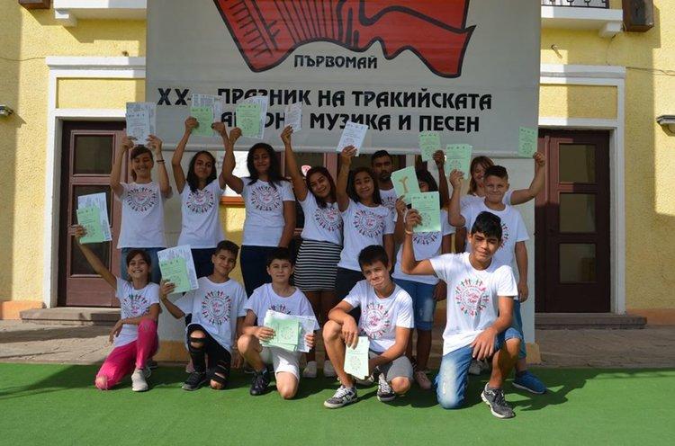 Деца раздават програмата за Празника на тракийската музика