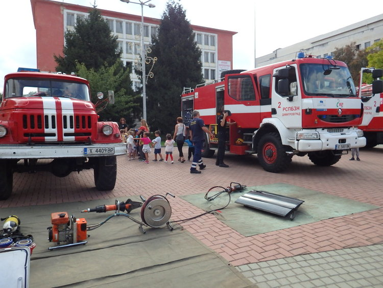 Димитровградските огнеборци демонстрираха техниката си в центъра на града