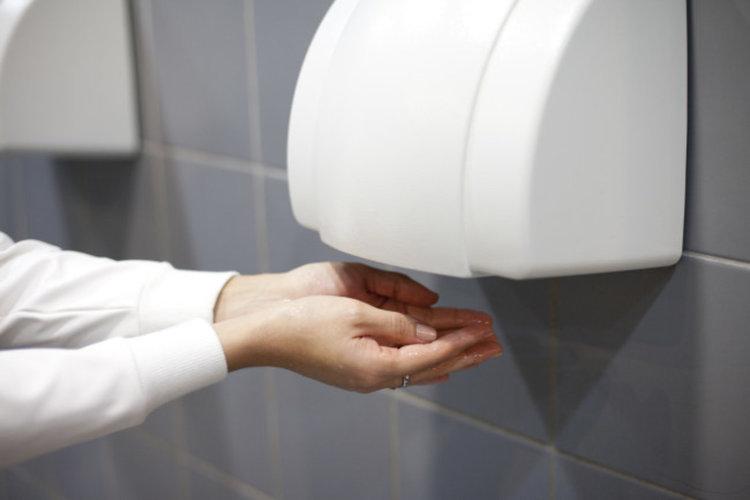 Сешоарите за ръце в обществените тоалетни са опасни за здравето, предупреждават учени