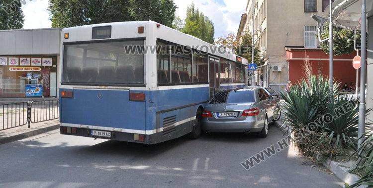 Автобус се блъсна в паркиран Мерцедес край полицията, отцепиха движението