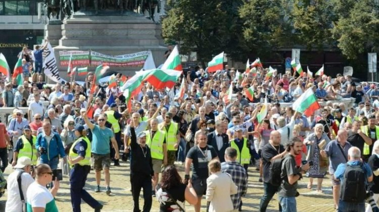 Оставка, съд и смяна на системата поискаха протестиращи пред парламента