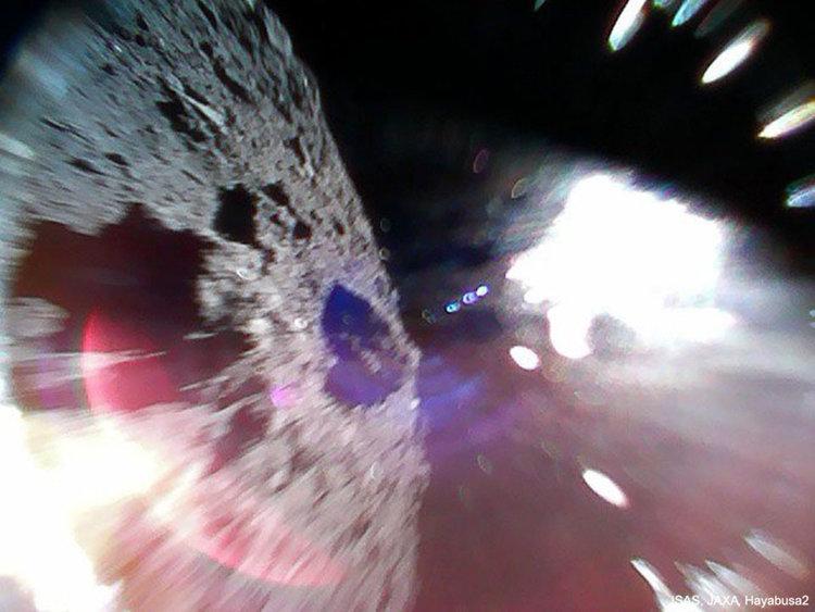 Два малки робота скачат около астероида Риугу - първа снимка